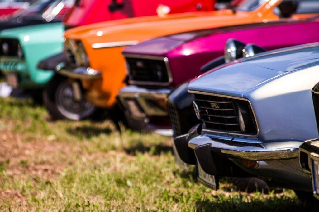 Jakie zalety ma oklejanie samochodów specjalistyczną folią?